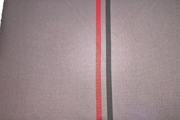 REC110 Recaro Stoff Anthrazit, Flachgewebe mit roten + schwarzen Streifen